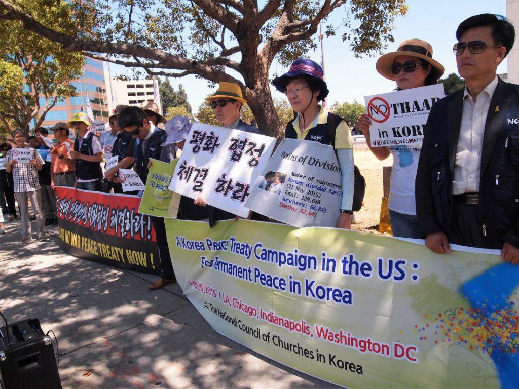 연방청사 앞에서 시위에 참석 중인 NCCK 대표와 현지 활동가들